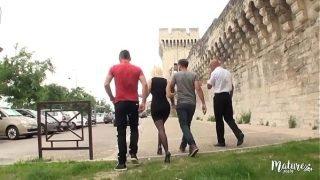 Caroline, la mature salope va à Avignon pour un gangbang hard