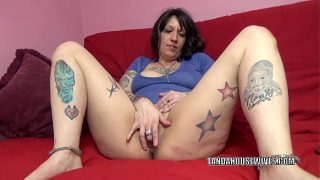 Tattooed plumper Lexxi Meyers is playing with her twat